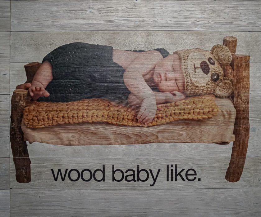 תינוק מודפס על עץ